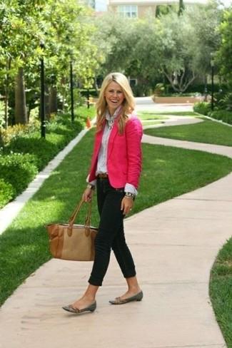 Comment porter: blazer fuchsia, chemise de ville blanche, jean skinny noir, slippers en cuir gris foncé