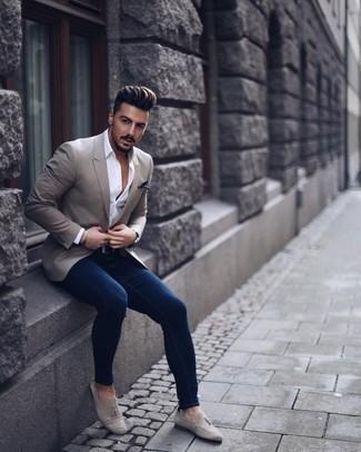 Comment porter une chemise de ville avec un jean skinny: Pense à opter pour une chemise de ville et un jean skinny pour obtenir un look relax mais stylé. Une paire de des mocassins à pampilles en daim gris ajoutera de l'élégance à un look simple.