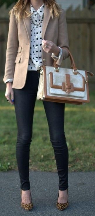 Comment porter: blazer en laine beige, chemise de ville á pois blanche et noire, jean skinny noir, escarpins en daim imprimés léopard marron clair
