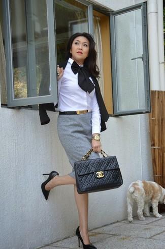 Comment porter: blazer noir, chemise de ville blanche, jupe crayon grise, escarpins en cuir noirs