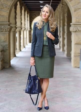 Comment porter un blazer en laine bleu marine: Harmonise un blazer en laine bleu marine avec une jupe crayon vert foncé pour une tenue raffinée mais idéale le week-end. Complète ce look avec une paire de des escarpins en cuir bleu marine.
