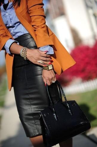 Comment porter: blazer orange, chemise de ville à rayures verticales bleue, jupe mi-longue en cuir noire, sac fourre-tout en cuir noir