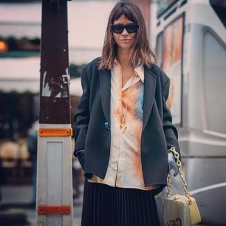 Comment porter: blazer noir, chemise de ville imprimé tie-dye orange, jupe mi-longue plissée noire, sac à main en cuir jaune
