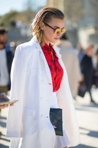 Comment porter: blazer blanc, chemise de ville imprimée rouge, jupe trapèze blanche, pochette en cuir noire