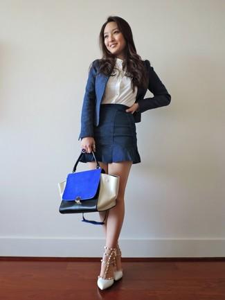Comment porter: blazer bleu marine, chemise de ville blanche, minijupe en denim bleu marine, escarpins en cuir à clous blancs