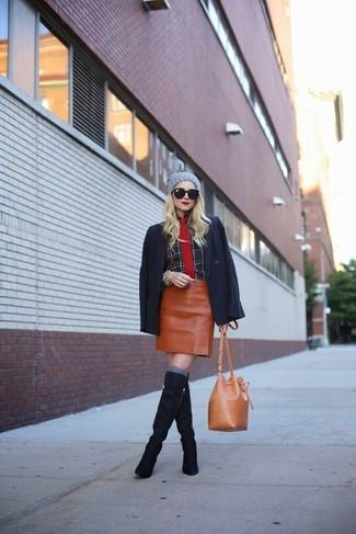 Comment porter: blazer noir, chemise de ville écossaise noire, minijupe en cuir tabac, bottes hauteur genou en daim bleu marine