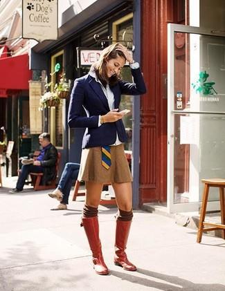 Comment porter: blazer bleu marine, chemise de ville blanche, minijupe tabac, bottes hauteur genou en cuir rouges