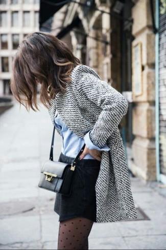 Opte pour un blazer en laine gris avec une minijupe noire pour une tenue idéale le week-end.