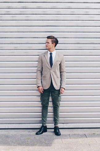 Comment porter: blazer en coton beige, chemise de ville blanche, pantalon cargo vert foncé, chaussures derby en cuir noires