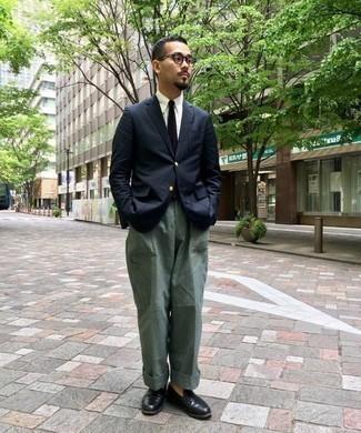 Tendances mode hommes: Marie un blazer bleu marine avec un pantalon cargo vert foncé pour un look de tous les jours facile à porter. Complète cet ensemble avec une paire de des slippers en cuir noirs pour afficher ton expertise vestimentaire.