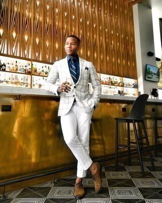 Comment porter un blazer écossais blanc et marron: Pense à harmoniser un blazer écossais blanc et marron avec un pantalon cargo blanc pour affronter sans effort les défis que la journée te réserve. Une paire de chaussures richelieu en daim marron rendra élégant même le plus décontracté des looks.