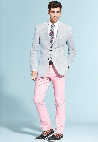Comment porter: blazer en seersucker bleu clair, chemise de ville blanche, pantalon chino rose, chaussures bateau en daim bleu marine