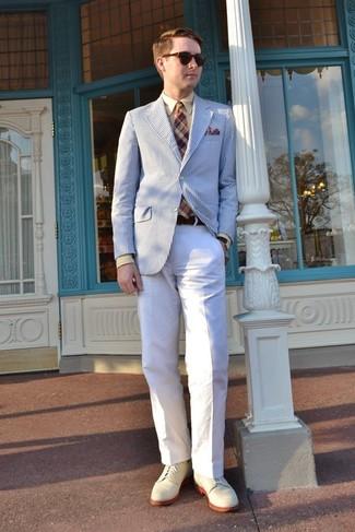Comment porter une pochette de costume écossaise bordeaux: Choisis un blazer à rayures verticales blanc et bleu et une pochette de costume écossaise bordeaux pour un look idéal le week-end. Une paire de des chaussures derby en daim beiges ajoutera de l'élégance à un look simple.