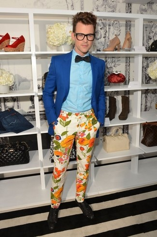 Comment porter: blazer bleu, chemise de ville bleu clair, pantalon chino à fleurs beige, chaussures brogues en cuir noires