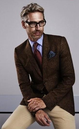 Comment porter: blazer en laine marron foncé, chemise de ville bleu clair, pantalon chino marron clair, cravate bordeaux