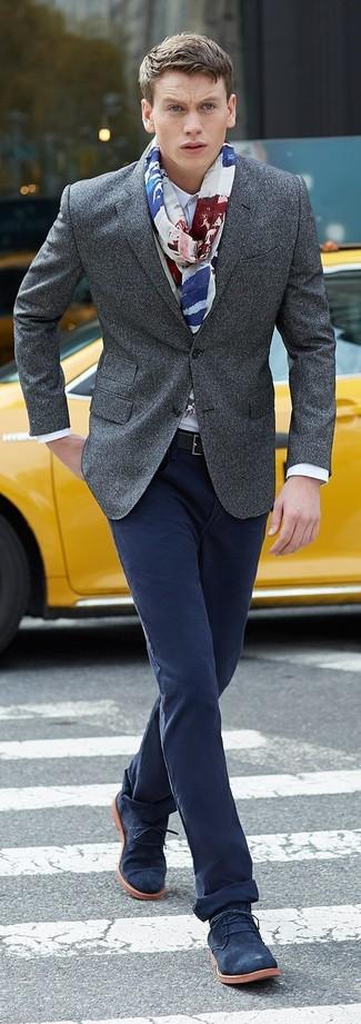 Comment porter: blazer en laine gris, chemise de ville blanche, pantalon chino bleu marine, bottines chukka en daim bleu marine