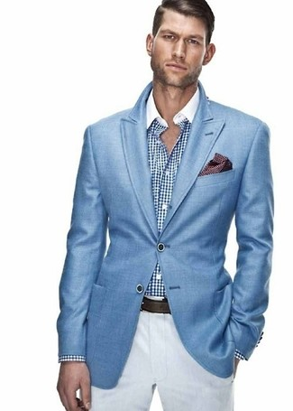 Comment porter: blazer bleu, chemise de ville en vichy blanc et bleu, pantalon chino blanc, pochette de costume á pois bordeaux