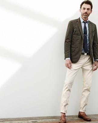 Comment porter: blazer en coton olive, chemise de ville en chambray bleu clair, pantalon chino beige, slippers en cuir marron