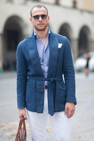 Comment porter: blazer en coton bleu, chemise de ville en chambray bleu clair, pantalon chino blanc, sac fourre-tout en cuir marron