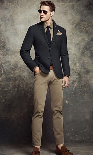 Comment porter: blazer en laine noir, chemise de ville olive, pantalon chino marron clair, mocassins à pampilles en daim marron