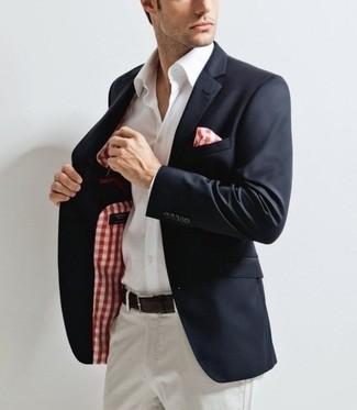 Comment porter: blazer bleu marine, chemise de ville blanche, pantalon chino blanc, pochette de costume en vichy blanc et rouge