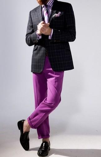 Comment porter un blazer écossais noir et blanc: Pense à porter un blazer écossais noir et blanc et un pantalon chino pourpre pour aller au bureau. Assortis cette tenue avec une paire de des slippers en cuir noirs pour afficher ton expertise vestimentaire.