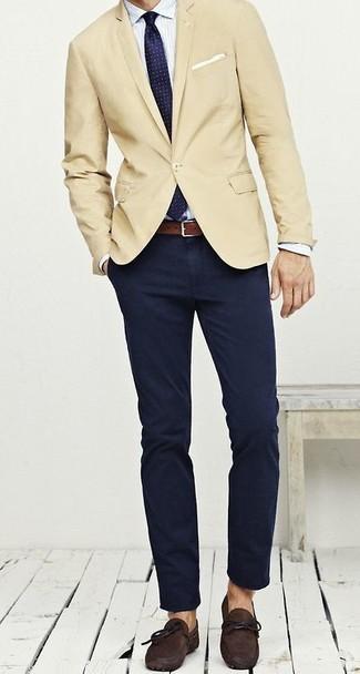 Comment porter: blazer beige, chemise de ville à rayures verticales blanche, pantalon chino bleu marine, mocassins en daim marron foncé