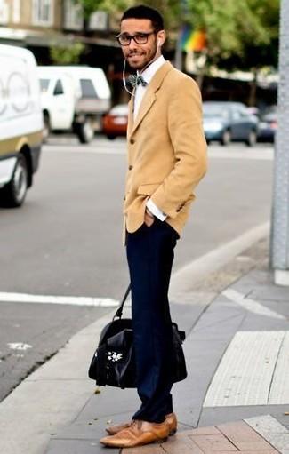Comment porter: blazer en velours côtelé marron clair, chemise de ville blanche, pantalon chino bleu marine, chaussures derby en cuir marron clair