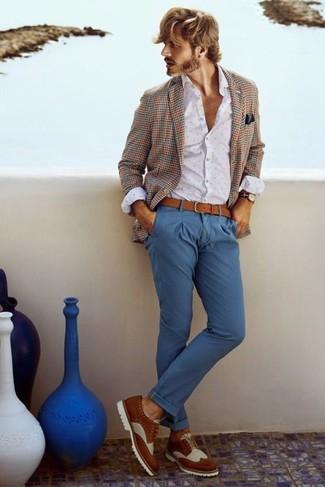 Comment porter: blazer écossais marron, chemise de ville á pois blanche, pantalon chino bleu, chaussures brogues en cuir blanc et marron