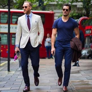Comment porter: blazer beige, chemise de ville bleu clair, pantalon chino bleu marine, double monks en cuir bordeaux