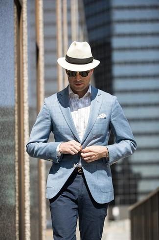 Comment porter: blazer écossais bleu clair, chemise de ville à rayures verticales blanche, pantalon chino bleu marine, chapeau de paille blanc