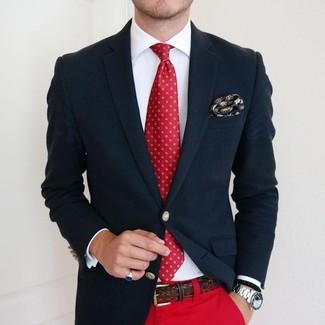 Comment porter: blazer bleu marine, chemise de ville blanche, pantalon chino rouge, cravate imprimée rouge