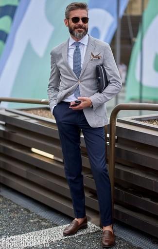 Comment porter: blazer gris, chemise de ville bleu clair, pantalon chino bleu marine, slippers en cuir marron