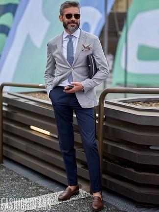 Comment porter: blazer en laine gris, chemise de ville blanche, pantalon chino bleu marine, slippers en cuir marron foncé
