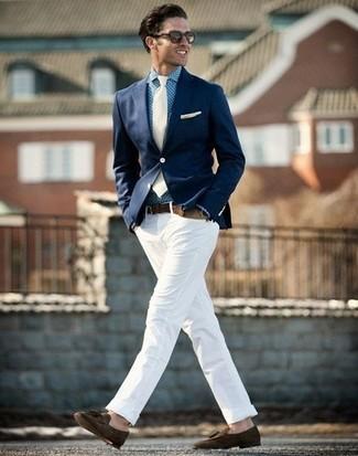 Comment porter: blazer bleu marine, chemise de ville en vichy bleue, pantalon chino blanc, mocassins à pampilles en daim marron foncé