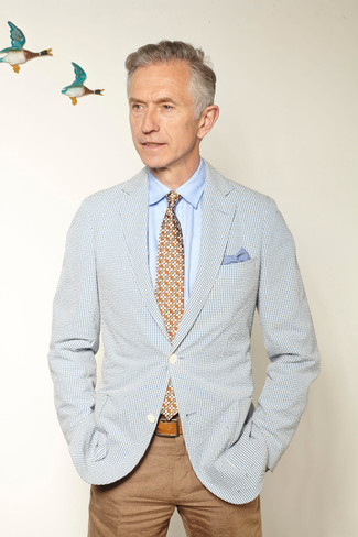 Comment porter: blazer en vichy bleu clair, chemise de ville bleu clair, pantalon chino marron clair, cravate à fleurs multicolore