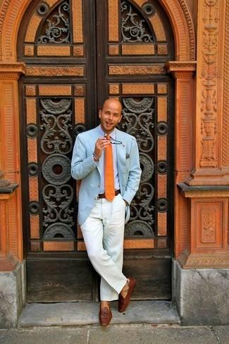 Comment porter: blazer bleu clair, chemise de ville bleu clair, pantalon chino blanc, mocassins à pampilles en cuir marron