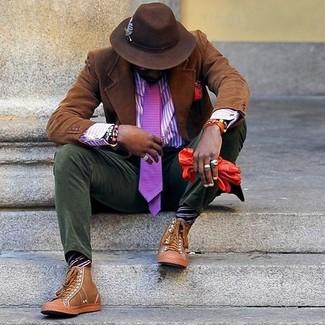 Comment porter: blazer en velours côtelé marron, chemise de ville à rayures verticales violette, pantalon chino en velours côtelé olive, baskets montantes en cuir marron clair