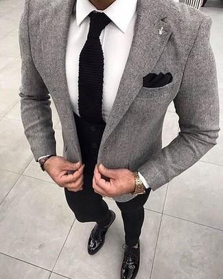 Comment porter: blazer en laine gris, chemise de ville blanche, pantalon chino noir, chaussures richelieu en cuir noires
