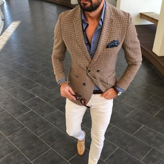 Comment porter: blazer à carreaux marron, chemise de ville bleue, pantalon chino blanc, mocassins à pampilles en daim marron clair