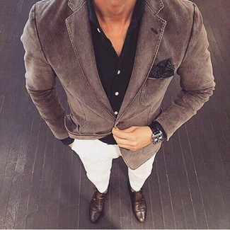 Comment porter: blazer en coton marron, chemise de ville noire, pantalon chino blanc, double monks en cuir marron foncé