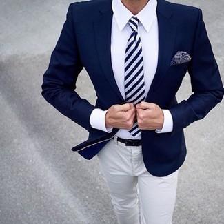 Comment porter: blazer bleu marine, chemise de ville blanche, pantalon chino beige, cravate à rayures verticales bleu marine et blanc