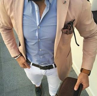 Comment porter: blazer en coton marron clair, chemise de ville bleu clair, pantalon chino blanc, mocassins à pampilles en cuir vert foncé