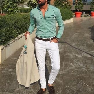 Comment porter une chemise de ville vert menthe: Essaie de marier une chemise de ville vert menthe avec un pantalon chino blanc si tu recherches un look stylé et soigné. D'une humeur créatrice? Assortis ta tenue avec une paire de des mocassins à pampilles en daim marron foncé.