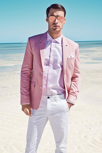 Comment porter: blazer rose, chemise de ville rose, pantalon chino blanc, pochette de costume blanche