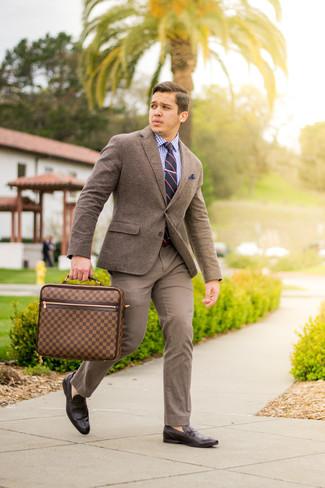 Tenue: Blazer en laine marron, Chemise de ville en vichy blanc et bleu, Pantalon chino marron, Slippers en cuir marron foncé