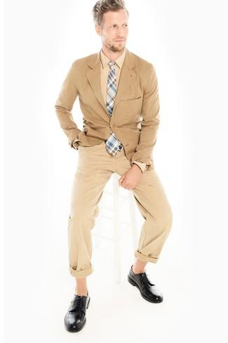 Comment porter: blazer en coton marron clair, chemise de ville marron clair, pantalon chino marron clair, chaussures derby en cuir noires