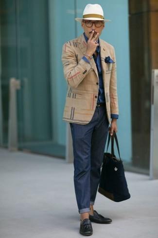 Comment porter: blazer écossais beige, chemise de ville bleu marine, pantalon chino bleu marine, mocassins à pampilles en cuir bleu marine