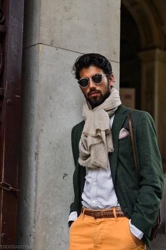 Comment porter: blazer en laine vert foncé, chemise de ville à rayures verticales bleu clair, pantalon chino orange, besace en cuir marron