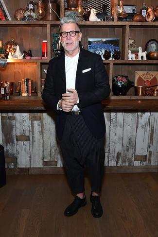 Tenue de Nick Wooster: Blazer bleu marine, Chemise de ville blanche, Pantalon chino à rayures verticales noir, Chaussures richelieu en cuir noires